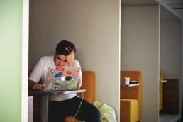 Mann arbeitet am Laptop